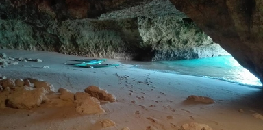By kayak, you can reach the most hidden caves!