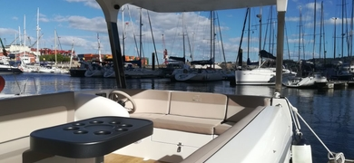 Sit comfortably on our boats up to 6 pax