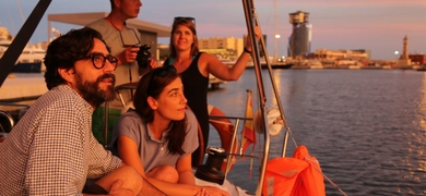 Sunset sailing tour with live music in Barcelona