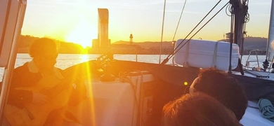 Sunset boat tour with live music in Barcelona