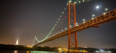 Ponte 25 de Abril by night sailing tour