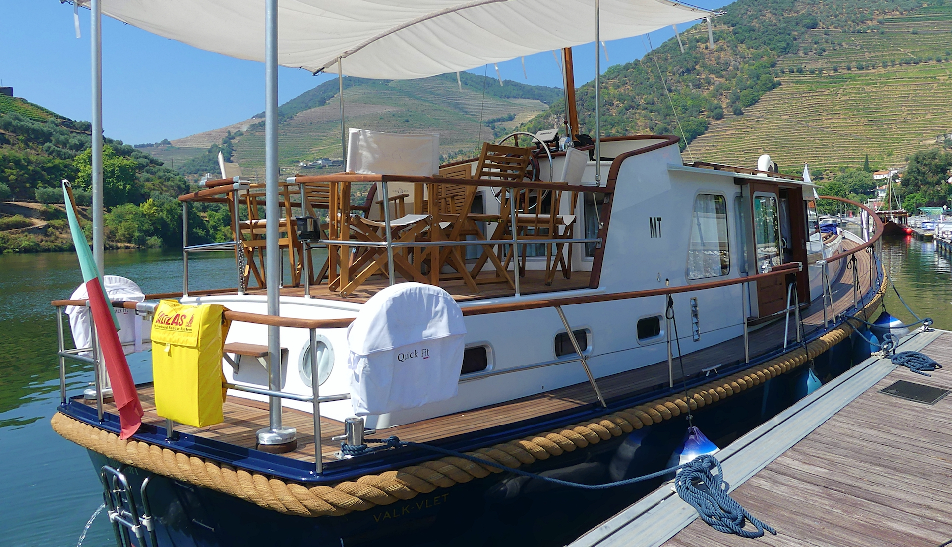 Come on board the wooden boat in Pinhão