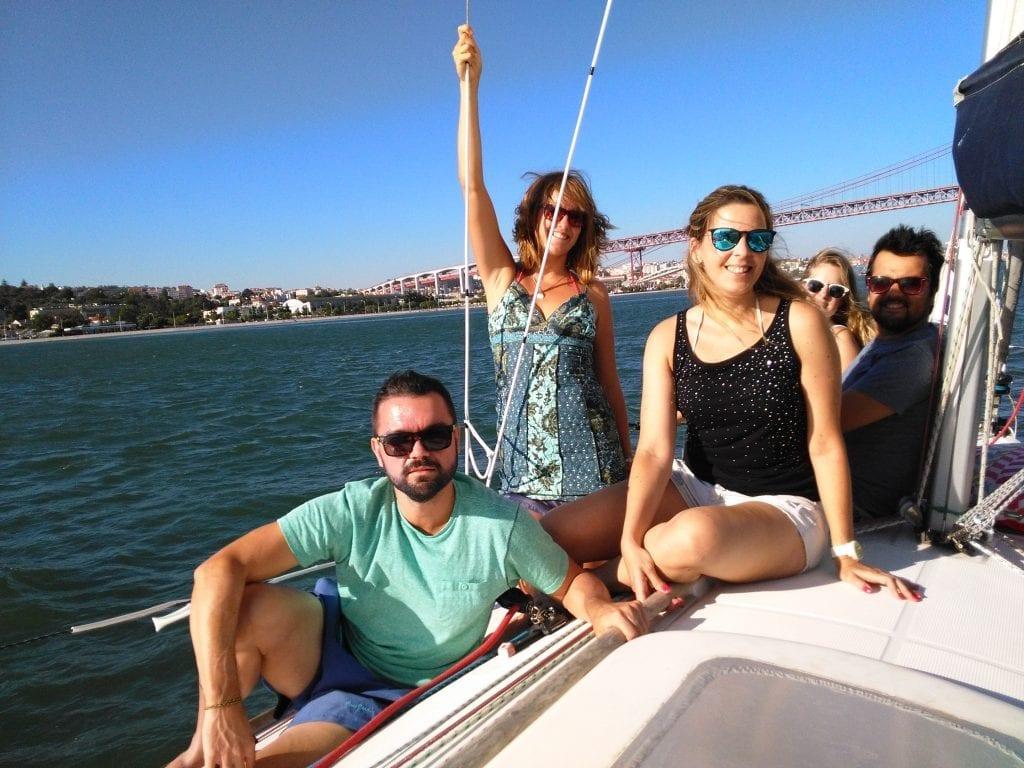 Junta um grupo para um passeio de barco no Tejo