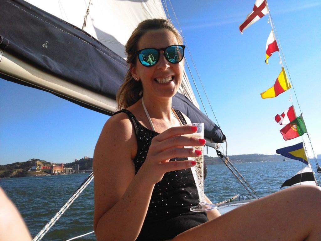 Champagne e amigos num passeio de barco no Tejo