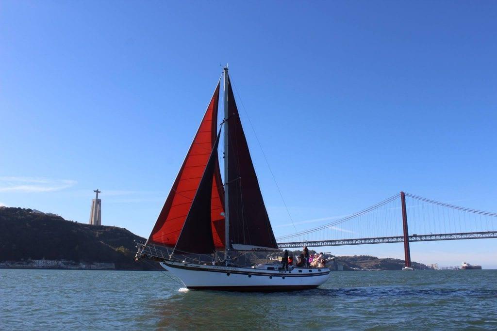 Tour privado num veleiro vintage em Lisboa