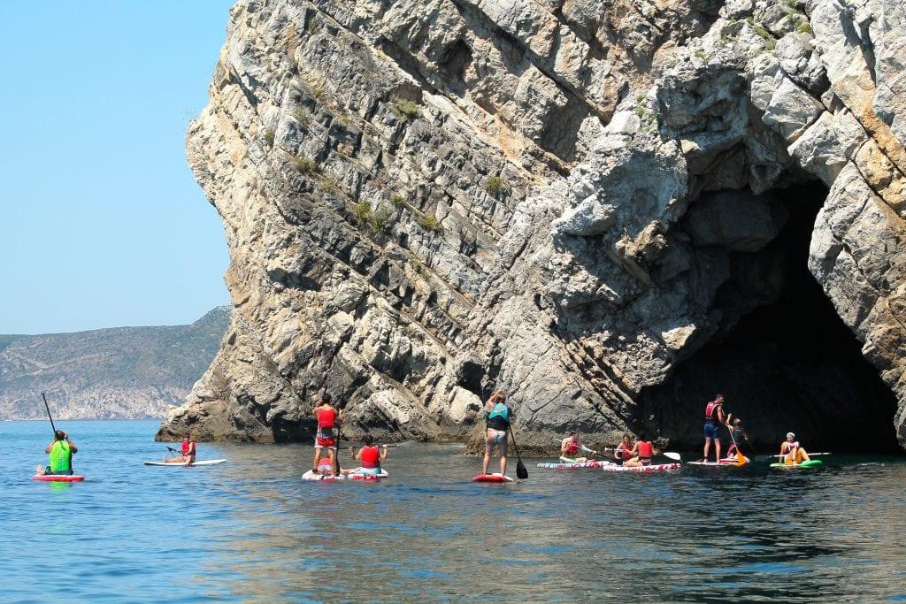 De SUP pode-se explorar os recantos da costa da Arrábida