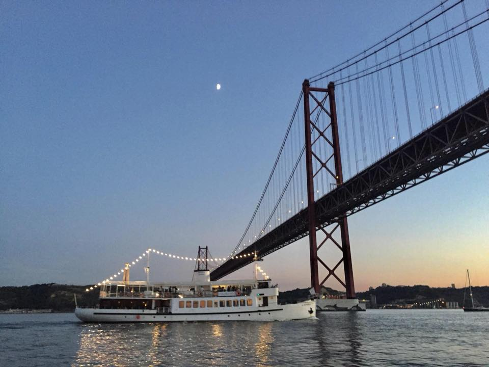 "Get aboard of ""Évora"" for a sightseeing cruise"
